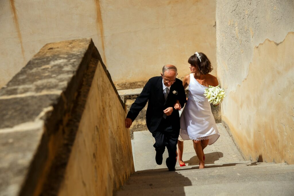 bride arriving to ceremony with dad