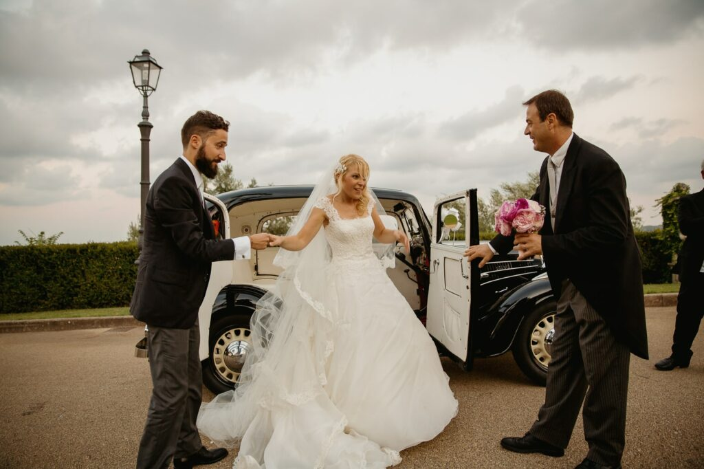 bride and groom arriving to villa miani by car