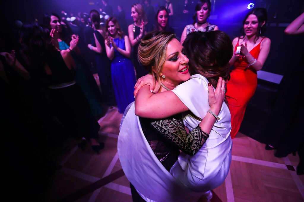bride dancing with mom during jewish wedding in rome