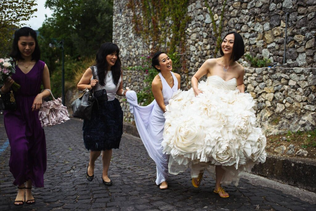 bride and bridesmaid walking in ravello going to the ceremony