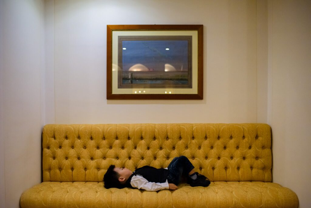 kid sleeping on the sofa during the wedding at the hotel caruso in ravello