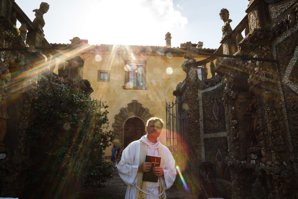 celebrant awaiting the arrival of the bride for the wedding in Villa Gamberaia Tuscany