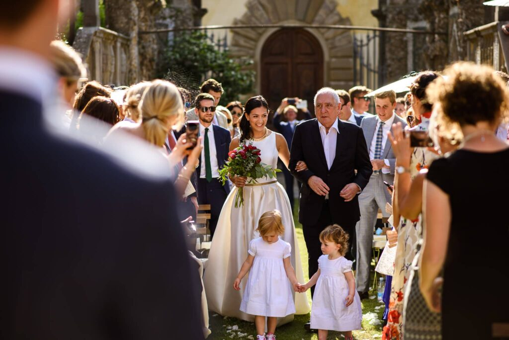 arrival of the bride to the wedding in villa gamberaia in florence